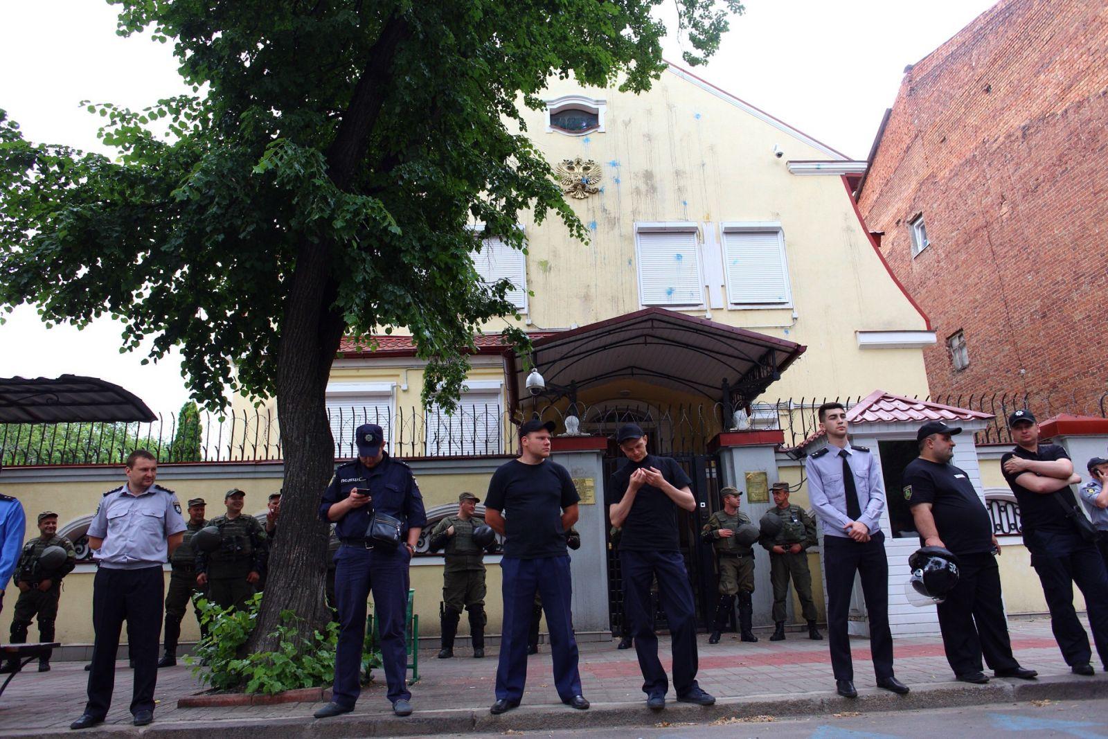 12 червня 2016 року біля Генконсульства РФ була акція протесту. Фото Павла Пахоменка