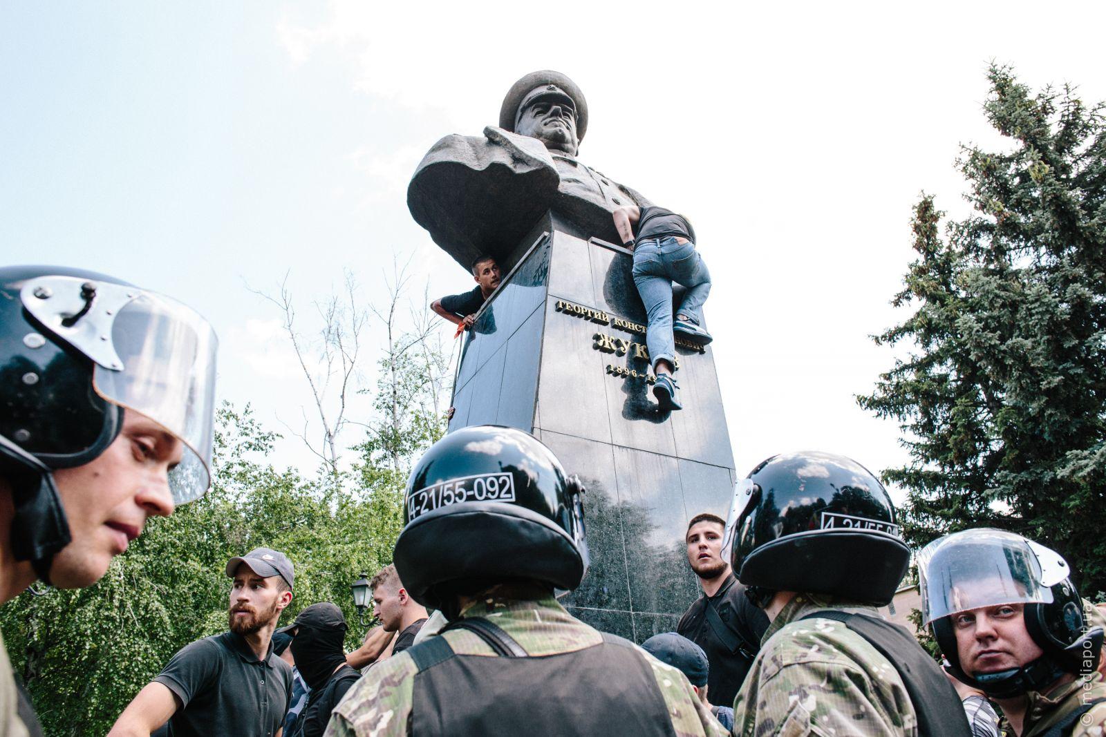 Повалення пам'ятника Жукову 2 червня. Фото Павла Пахоменка