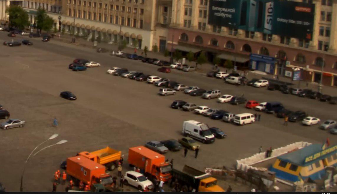 Сьогодні зранку біля намету знову зібрались працівники комунальних підприємств із технікою. Скріншот: velton.ua