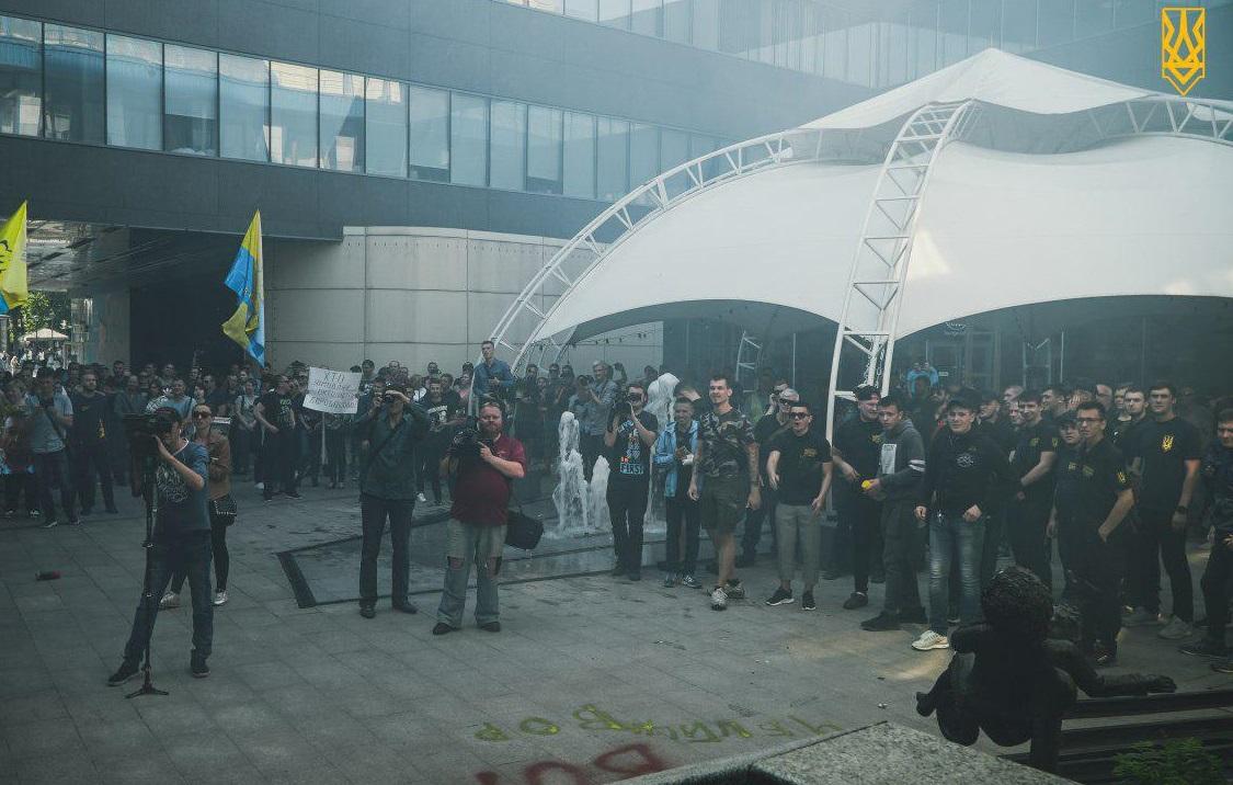 Вадим Макарюк (по центру з камерою у червоній футболці) та представники «Національного корпусу» під час акції протесту біля офісу компанії АВЕК у травні 2019 року. Фото: Нацкорпус