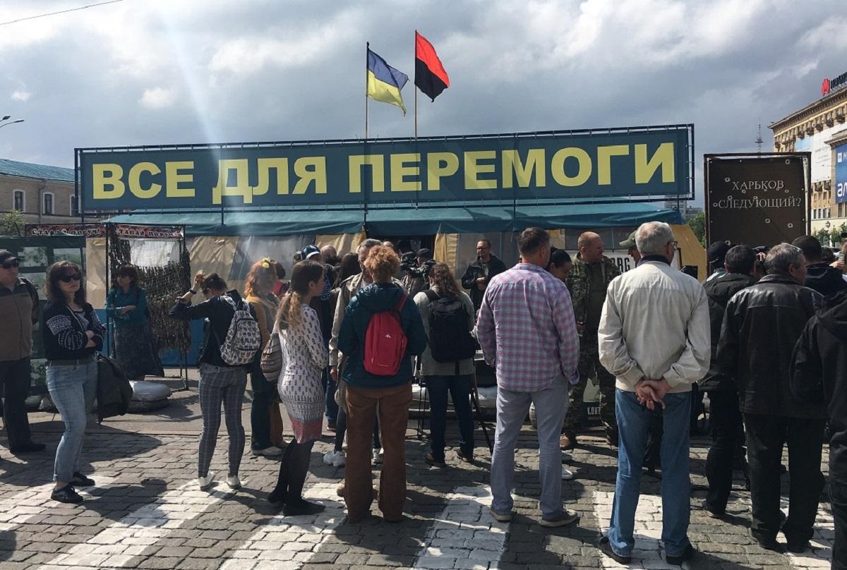 Біля намету збираються харківські євромайданівці, журналісти. Фото: Павло Пахоменко